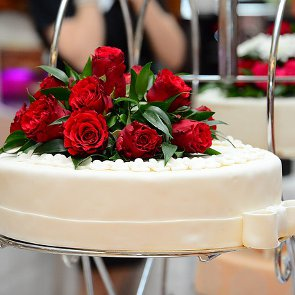 Guide on Using Fresh Flowers on Wedding Cakes